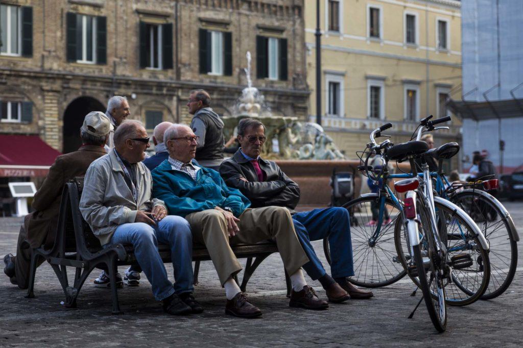 Ancianos conversan en Pesaro